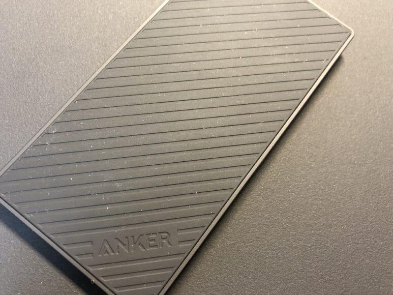 Anker「PowerCore Slim 5000」シリコン加工の表面にほこりが付きやすい証拠画像