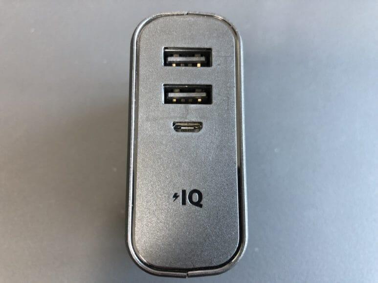 Anker「PowerCore Fusion 5000」の側面にUSB-Aポートが2つ、充電用Micro-USBポートが1つあります。