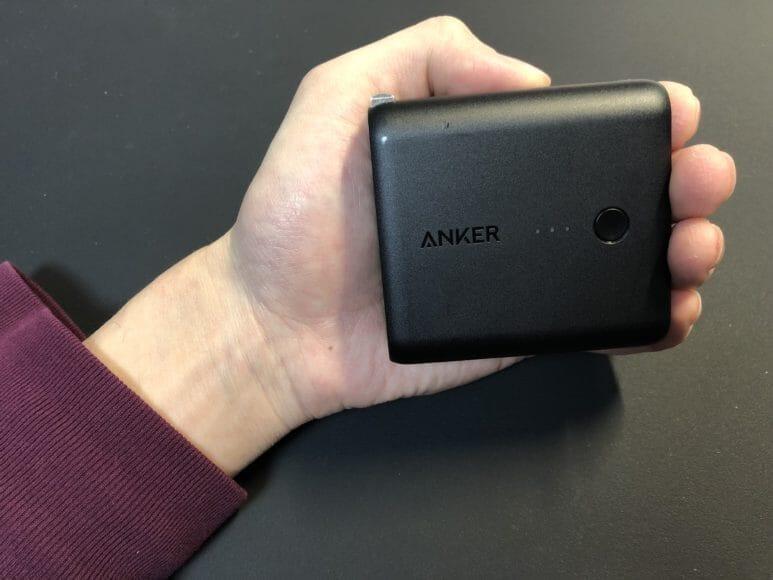 Anker「PowerCore Fusion 5000」のサイズ感は手のひらにちょうど収まるくらい