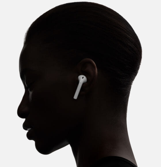 Apple AirPodsを身につけている女性