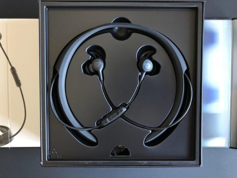 BOSE「QuietControl 30 wireless headphones」のパッケージ収まった画像