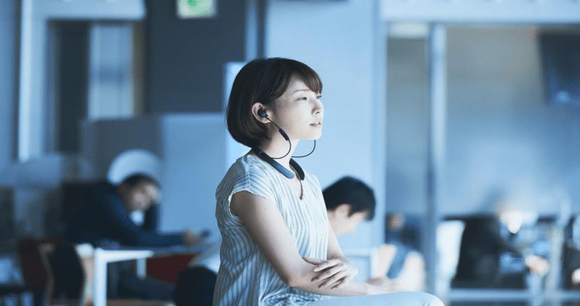 BOSE「QuietControl 30 wireless headphones」の公式画像(アジア人女性)
