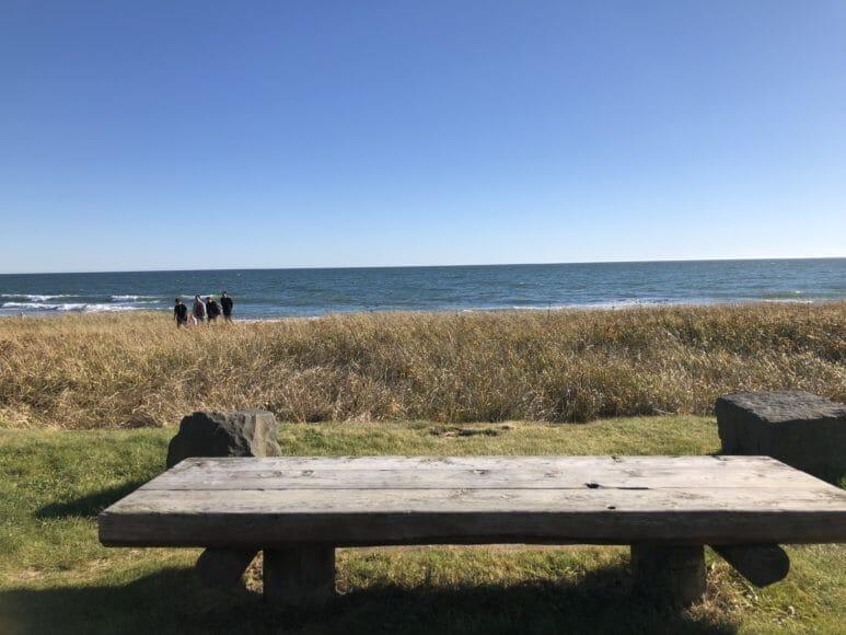 道の駅「しらぬか恋問」の恋問海岸にある木製ベンチ