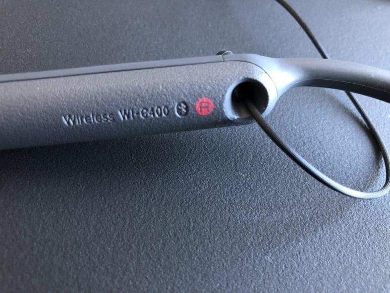 SONY「WI-C400」のネックバンドに記された右を示す赤丸に「R」のプリント