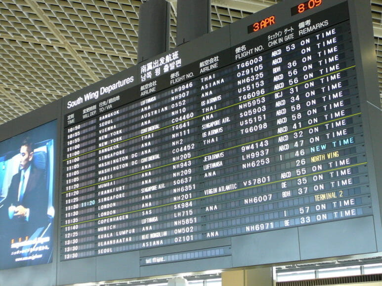 空港内国際線のフライトスケジュールが表示された電光掲示板