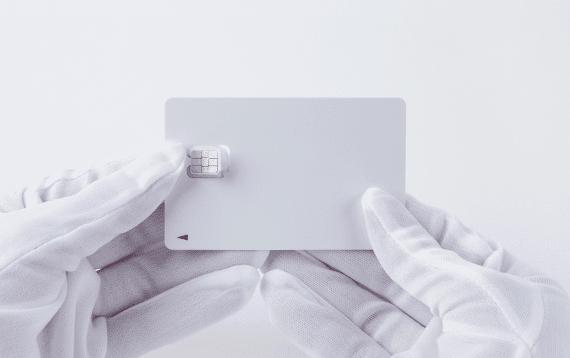 SIMカードの挿入方法1:SIMカードを台紙から取り外しましょう。