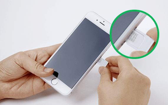 SIMカードの挿入方法3:SIMカードをトレイに載せたら、端末にトレイを挿入しましょう。