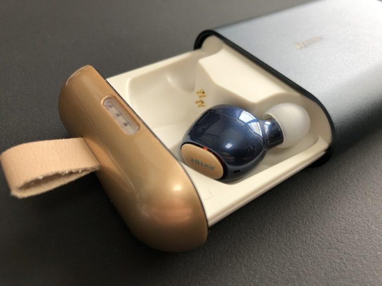 AVIOT「TE-D01b」の充電ケースはマグネット内蔵でイヤホンがピタッと吸着!