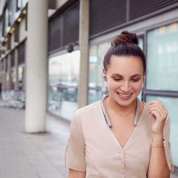 SONY「WI-1000X」のネックバンドスタイルは装着の疲労感を最大限に軽減してくれます。イヤーピースも秀逸です。