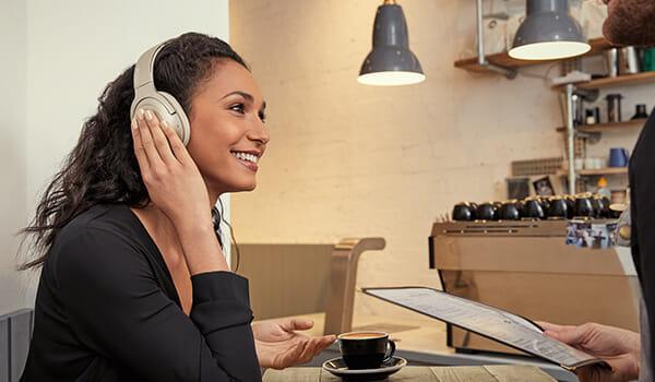 SONY「h.ear on 2 Wireless NC WH-H900N」のクイックアテンションモードを使えば、ヘッドホンを外さずに周辺の音を瞬時に聴くことができます。