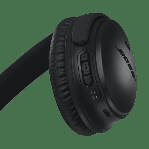BOSE「QuietComfort35 wireless headphones II」のボタン操作はタッチパネル式に馴染まない方にとっては操作しやすい特徴があります。