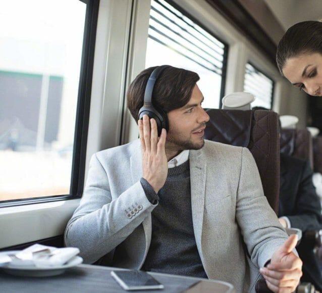 SONY「WH-1000XM3」ならクイックアテンションモードで即座に周囲の音に耳を傾けることができます。