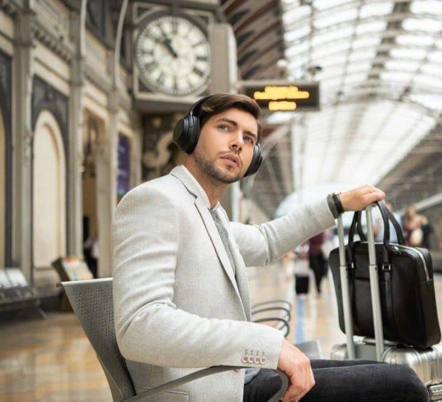 SONY「WH-1000XM3」なら「アンビエントサウンドモード」を使って音楽を楽しみながら周辺の音に気を配ることも可能です。
