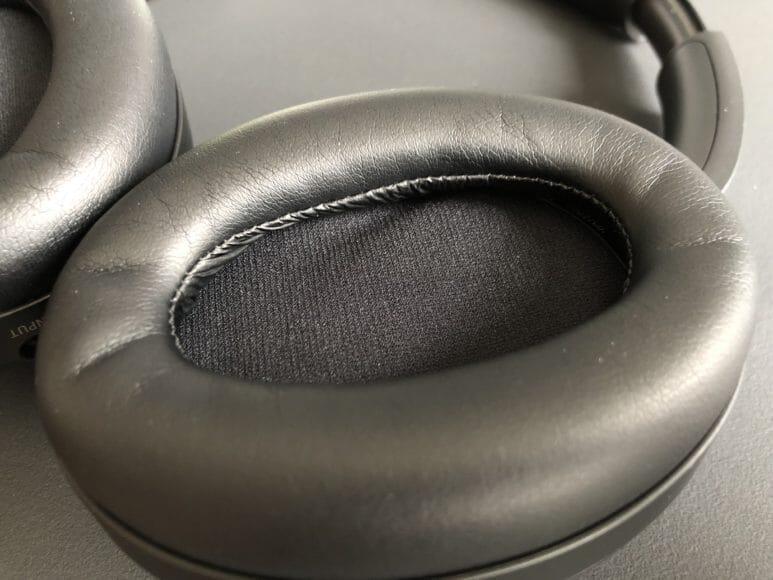 SONY「WH-1000XM3」のイヤーパッドは低反発ウレタン素材の圧が心地良いです。