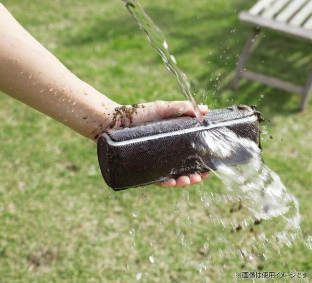 SONY SRS-XB21は高い防水性能を持っているので、汚れてもバシャバシャ洗えるのが嬉しいですね。