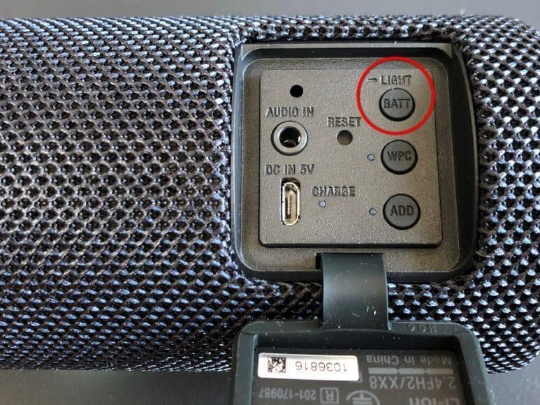 SRS-XB21の背部にもボタンが配置されています。