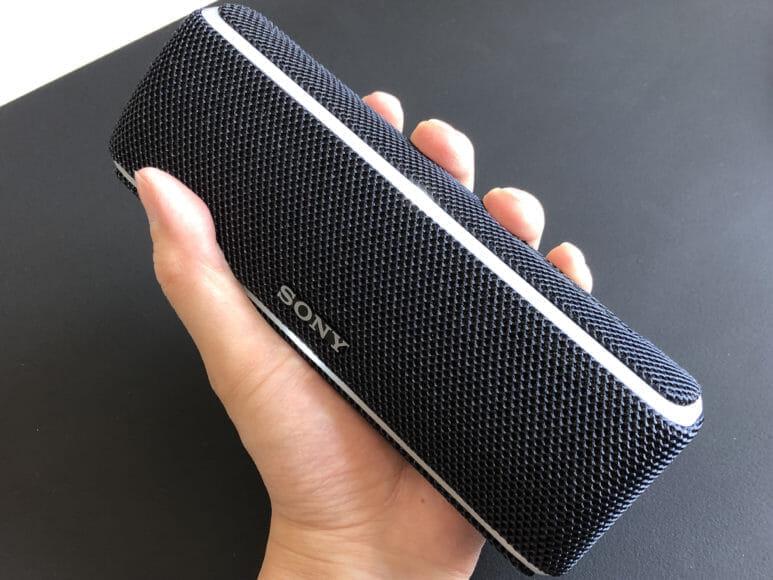 SONY SRS-XB21のサイズ感は握りやすい形状とサイズでちょうど良い携帯性を実現させています。