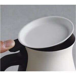 コーヒーをおいしく淹れられるおすすめコーヒーポット「KINTO プアオーバーケトル」のふたはフラップ式で片手で自在に開閉できる優れものです。