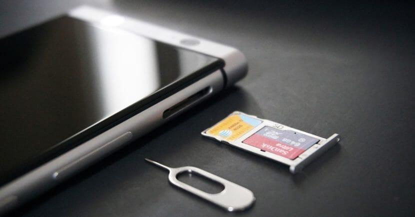 microSDカードはスマホに差し込んだり、トレイにのせてセットするだけで使えるようになります。