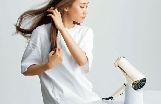 テスコムのドライヤー「TID2600」には専用スタンドが付いてくるのでハンズフリーで髪を乾かせます。