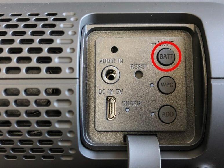 BluetoothスピーカーSONY「SRS-XB22」背部の「BATT/LIGHT」ボタンを押すとバッテリー残量を確認できます。