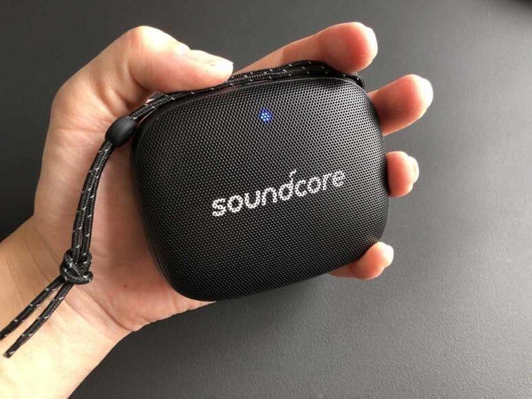 Anker「Soundcore Icon Mini」のサイズ感は手のひらに収まる感じ。