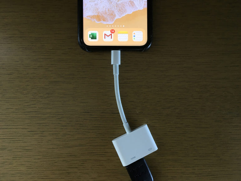 ケーブルをiPhoneとテレビにつなぐ HDMI変換ケーブルのLightningコネクタをiPhoneに差し込む