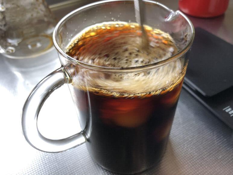 美味しい自家製アイスコーヒーの淹れ方|マドラーでかき混ぜて一気にコーヒー液を冷却しましょう。