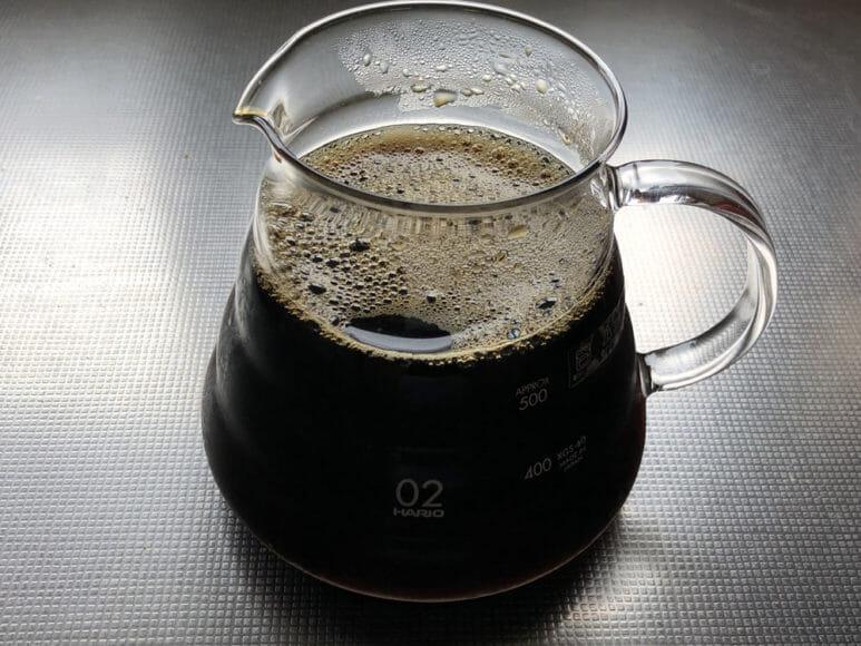 美味しい自家製アイスコーヒーの淹れ方|コーヒー液が冷却できたら氷を取り除いて完成です。