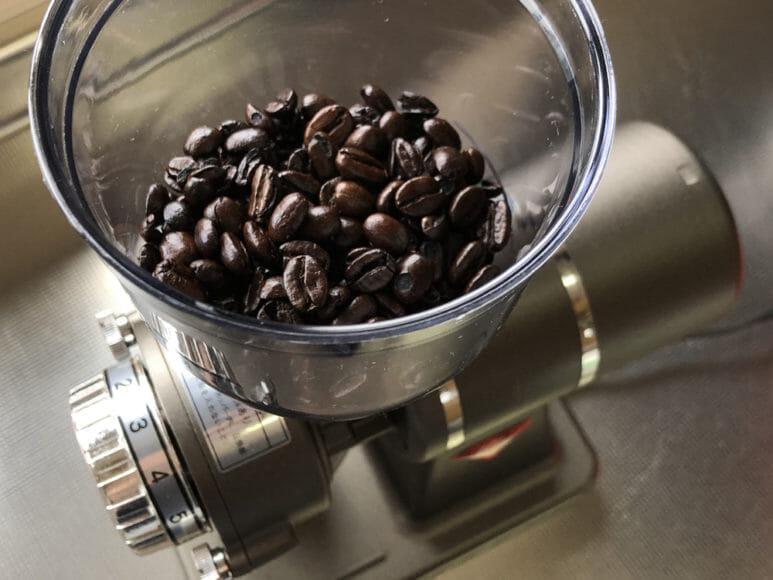 美味しい自家製アイスコーヒーの淹れ方|コーヒーミルで豆を挽きましょう。