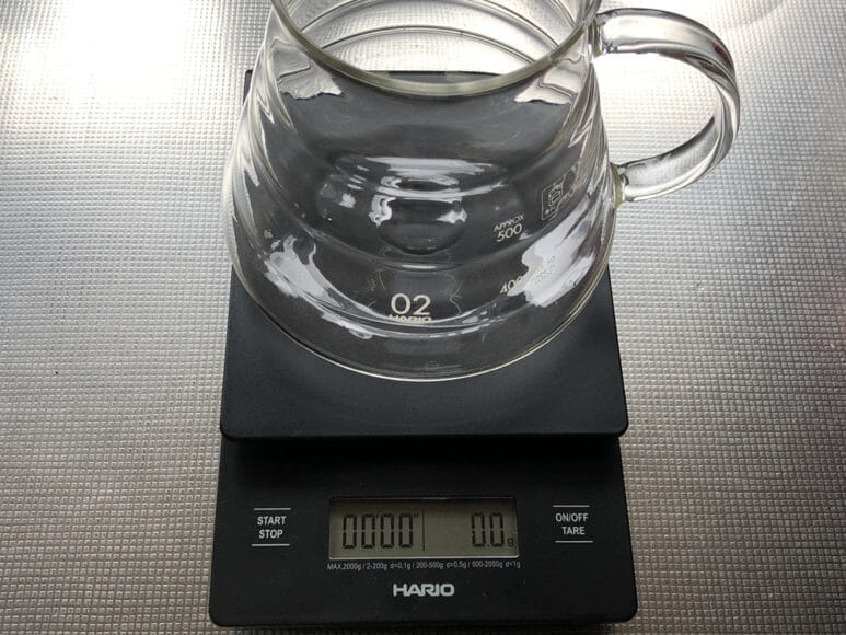 美味しい自家製アイスコーヒーの淹れ方|スケールはサーバーを乗せた状態でゼロ表示にリセットしておきましょう。