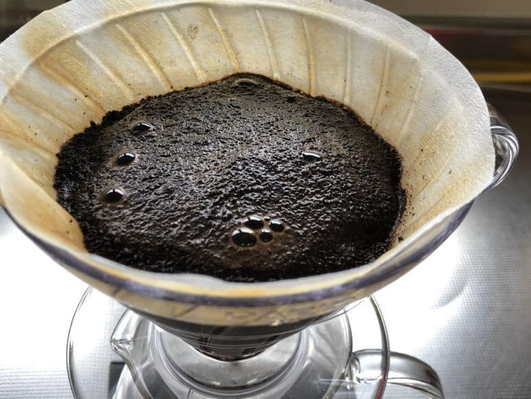美味しい自家製アイスコーヒーの淹れ方|まずはコーヒー豆にお湯をサッとかけて蒸らしましょう。