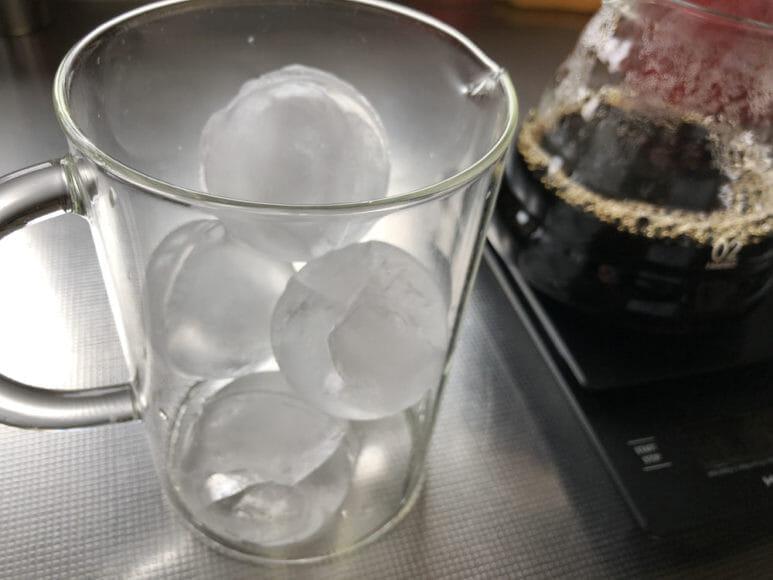 美味しい自家製アイスコーヒーの淹れ方|別の容器に氷をたっぷり入れてスタンバイしておきます。