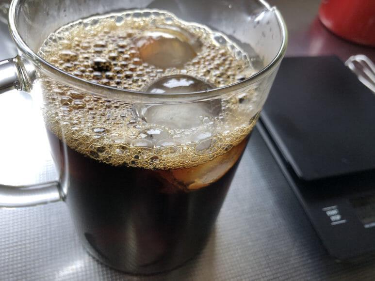 美味しい自家製アイスコーヒーの淹れ方|氷がたっぷり入った容器に抽出したてのコーヒー液を注ぎ入れましょう。