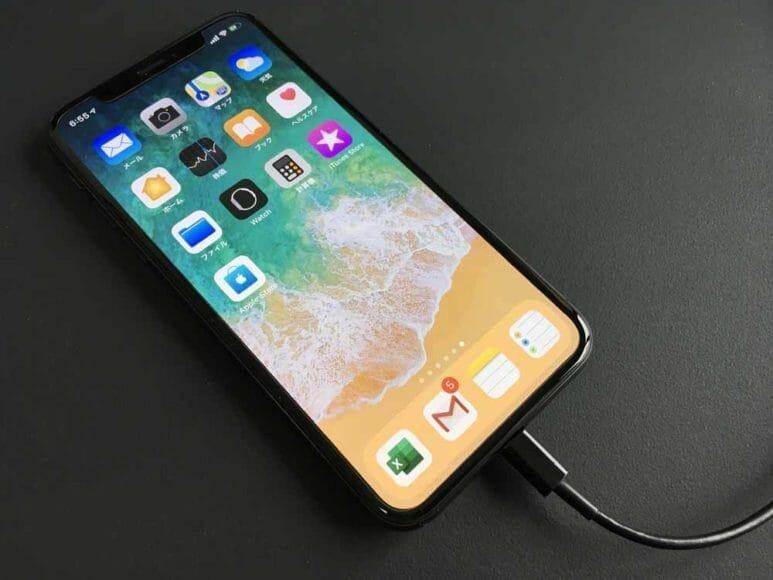 iPhoneで撮った写真・動画をパソコンに保存する方法1:iPhoneとパソコンをiPhone用充電ケーブルでつなぐ