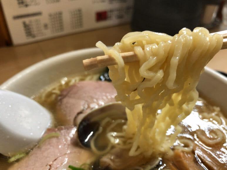 釧路のおいしいラーメン屋さん「魚一」|細いちぢれ麺は「これぞ釧路ラーメン」という印象。スープが絡みに絡みます。