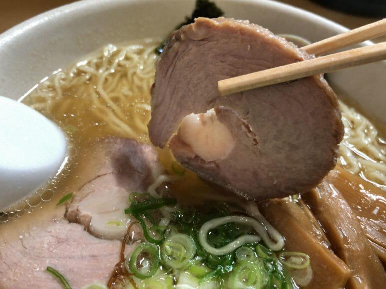 釧路のおいしいラーメン屋さん「魚一」|チャーシューは程よく肉厚で旨味がジュワッとしみ出るおいしさです。