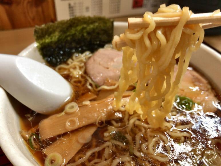 釧路のおいしいラーメン屋さん「魚一」|醤油ラーメンは「これぞ釧路ラーメン」と思わせるサッパリさとコクが味わえる一品。