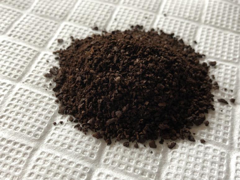 おすすめ手動コーヒーミル:キャプテンスタッグ|ポーレックス製のコーヒーミルで挽いたコーヒー豆。