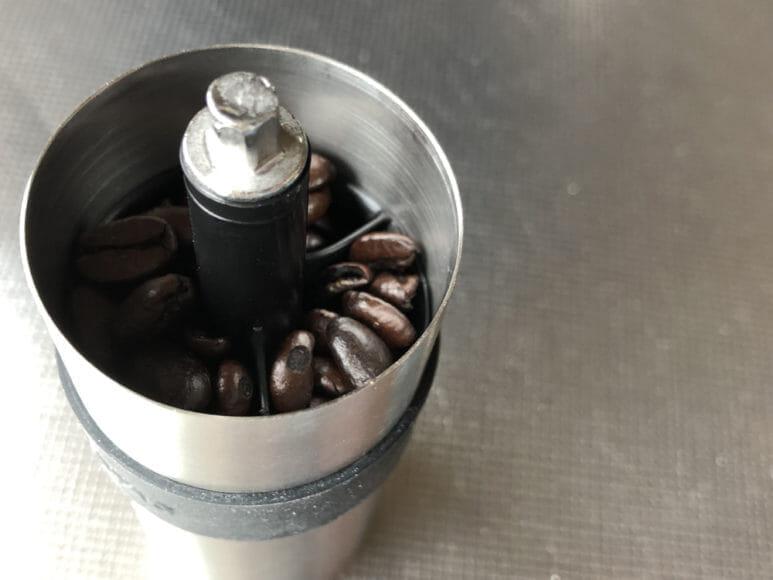 おすすめ手動コーヒーミル:キャプテンスタッグ|約10gのコーヒー豆を入れた際の写真