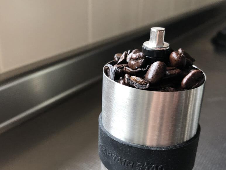 おすすめ手動コーヒーミル:キャプテンスタッグ|約20gのコーヒー豆を入れた際の写真
