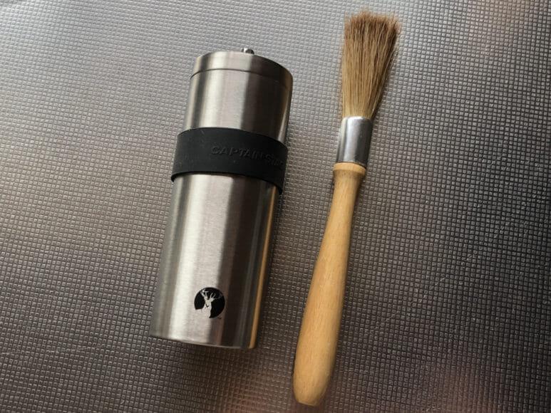 おすすめ手動コーヒーミル:キャプテンスタッグ|コーヒーミルのちょっとした手入れにはコーヒーミルブラシが役立ちます。