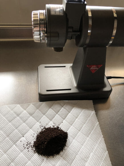 おすすめ手動コーヒーミル:キャプテンスタッグ|豆の挽き具合を判断する基準にはカリタ「ナイスカットG」の設定3.5で挽いた豆を採用します。