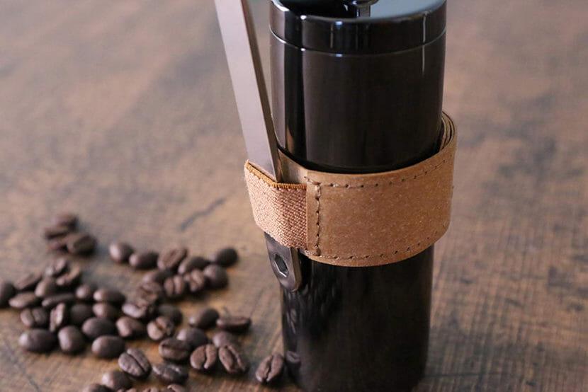 アウトドア向けおすすめ手動コーヒーミルまとめ|ポーレックスのコーヒーミル唯一の弱点であるグリップ感はレザーバンドで解決!