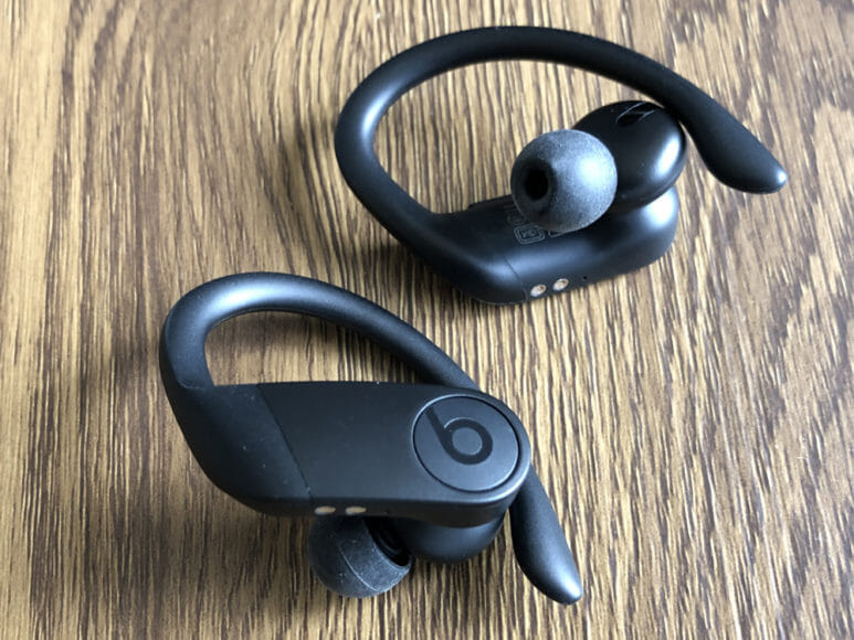 最強の完全ワイヤレスイヤホンBeats by Dr. Dre「Powerbeats Pro」レビュー|「Powerbeats Pro」のデザインは率直に言ってカッコイイですね。