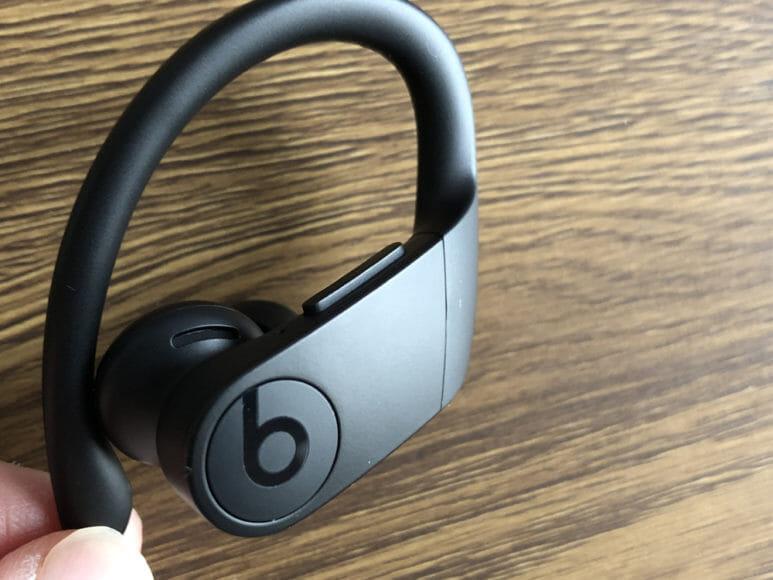 最強の完全ワイヤレスイヤホンBeats by Dr. Dre「Powerbeats Pro」レビュー|本体上部に2つ、側面に1つのボタンが配置されています。