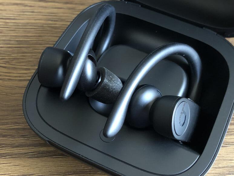 最強の完全ワイヤレスイヤホンBeats by Dr. Dre「Powerbeats Pro」レビュー|イヤーピースをコンプライ「SPORT PRO」に付け替えた状態でも充電ケースに入ります。