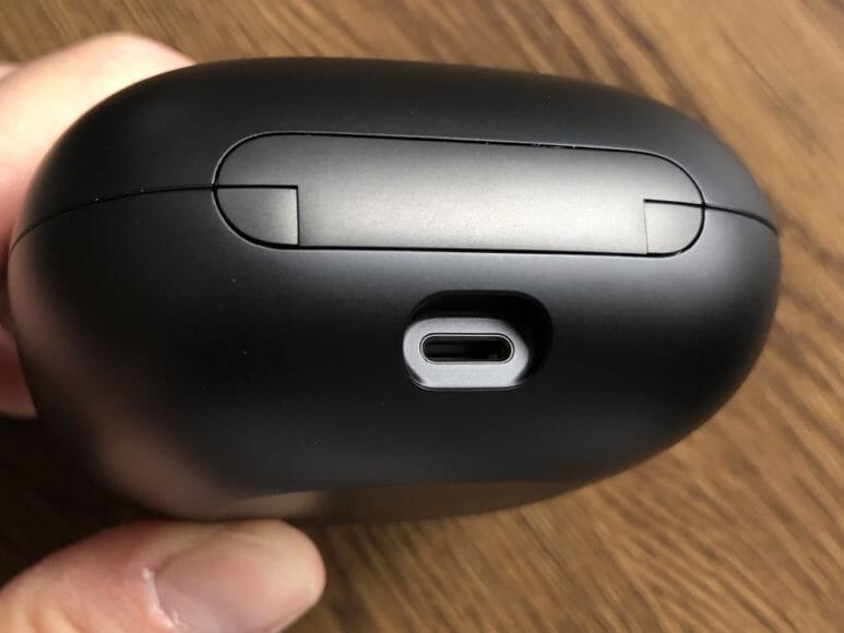 最強の完全ワイヤレスイヤホンBeats by Dr. Dre「Powerbeats Pro」レビュー|充電ケースのポートはLightningのみ対応。USB-Cが非対応なのは率直に残念です。
