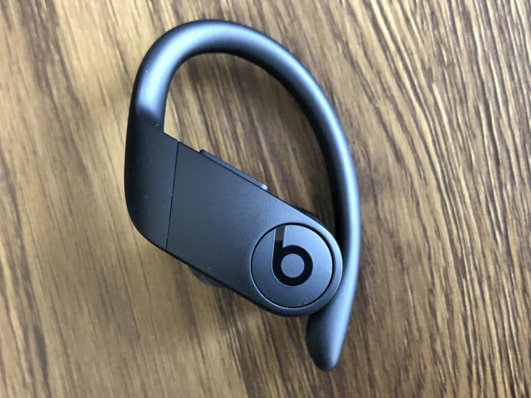 最強の完全ワイヤレスイヤホンBeats by Dr. Dre「Powerbeats Pro」レビュー|「Powerbeats Pro」のイヤホン本体はデザイン性に富んでいてカッコイイです。