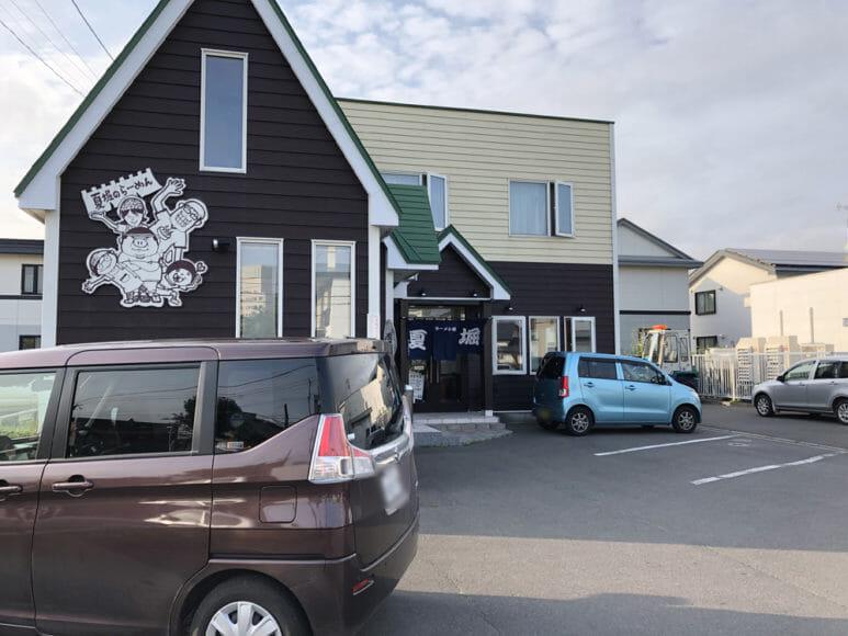 釧路のおいしいラーメン屋さん「夏堀」|駐車場は合計12台分あります。